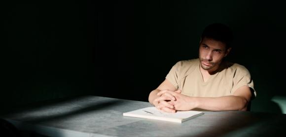 Tahar Rahim en un fotograma de la película 'The Mauritanian''